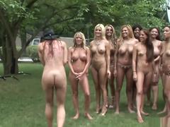 Safadas peladas mostrando os peitos