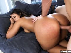 Bunduda gostosa fazendo sexo de quatro no sofá