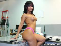 Rabuda delicia fazendo video pornô no deposito da empresa